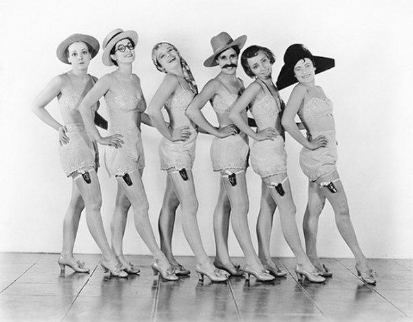 girls-in-same-lingerie-600x468